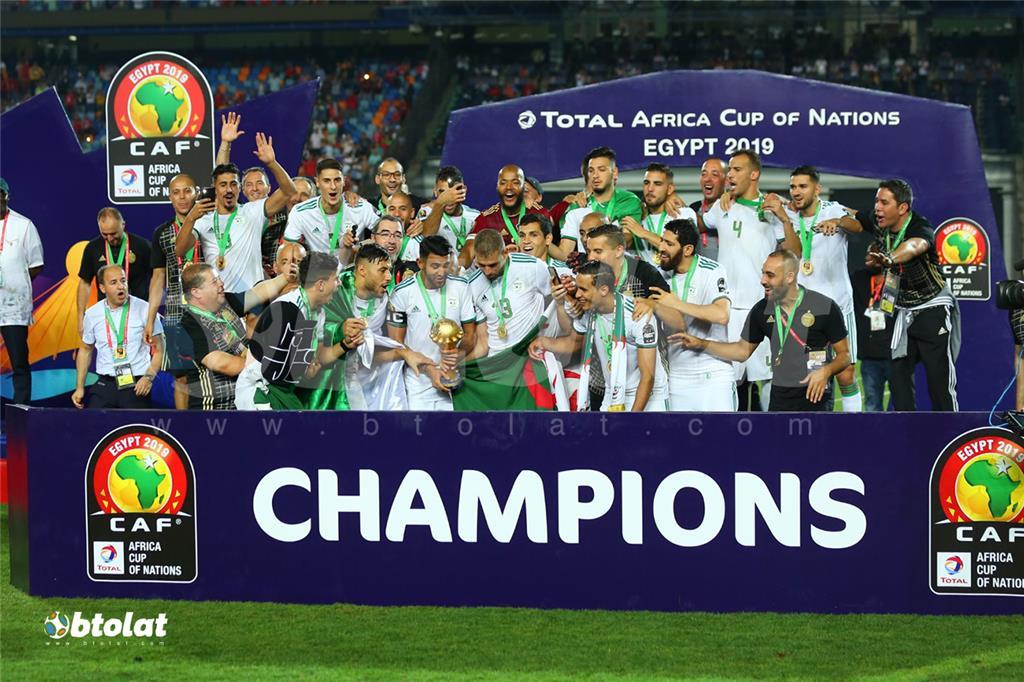 لاعبي الجزائر يحملون كأس البطولة