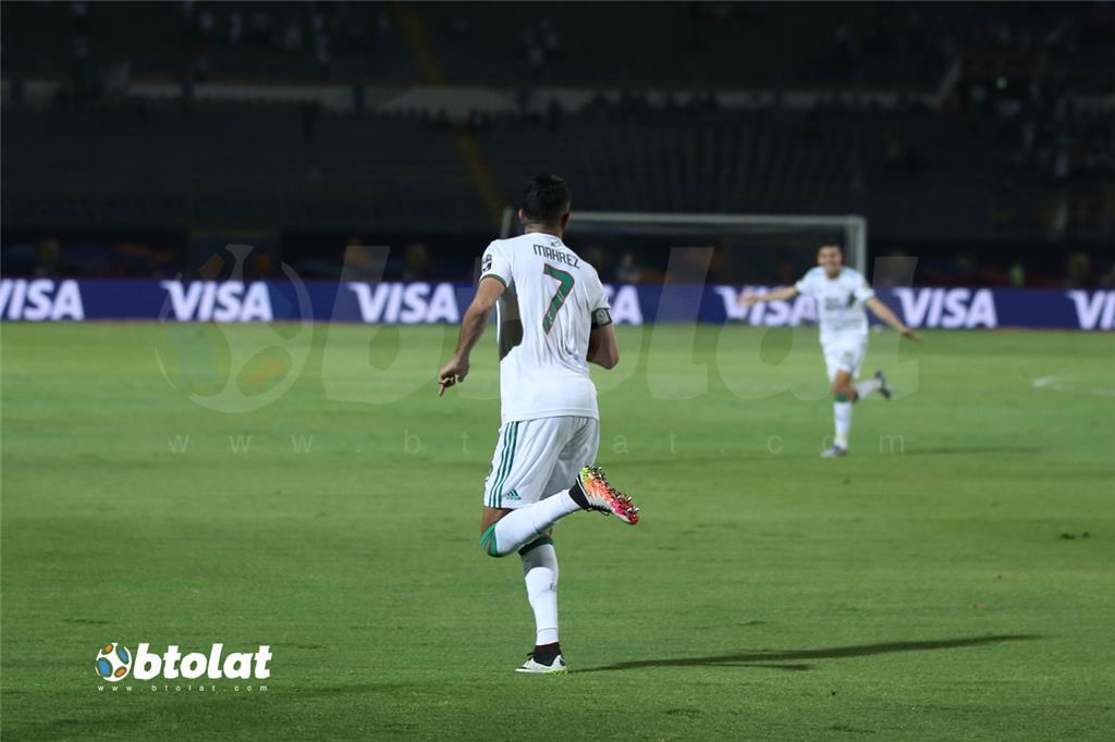 فرحة لاعبي الجزائر بعد احراز هدف في مرمي غينيا