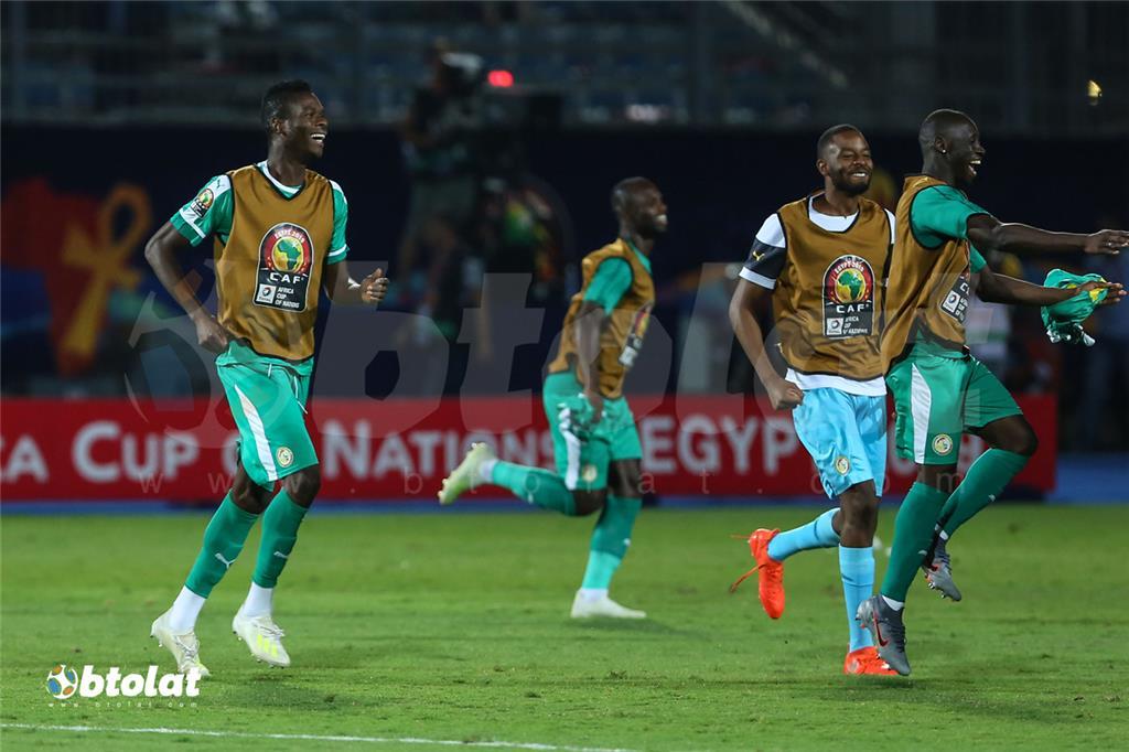 فرحة لاعبي السنغال بعد الصعود للنهائي