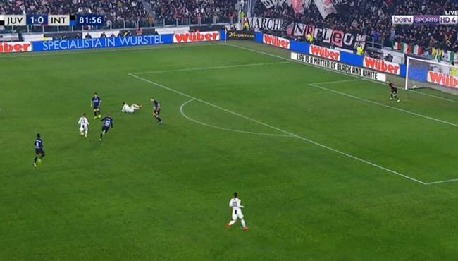 سقوط كوميدي لكريستيانو رونالدو في مباراة يوفنتوس وانتر ميلان