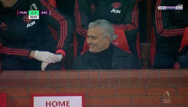 لفتة رائعة من مورينيو مع طفل في مباراة مانشستر يونايتد وارسنال