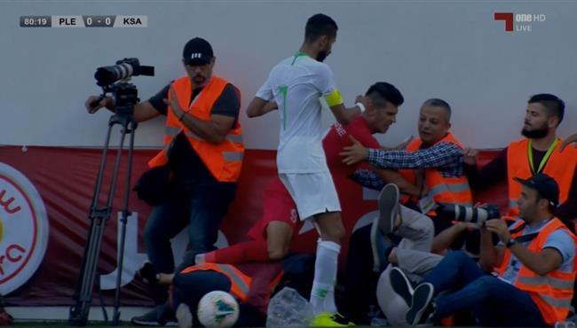 لقطة طريفة .. لاعب فلسطين يصطدم بصحفية في مباراة السعودية