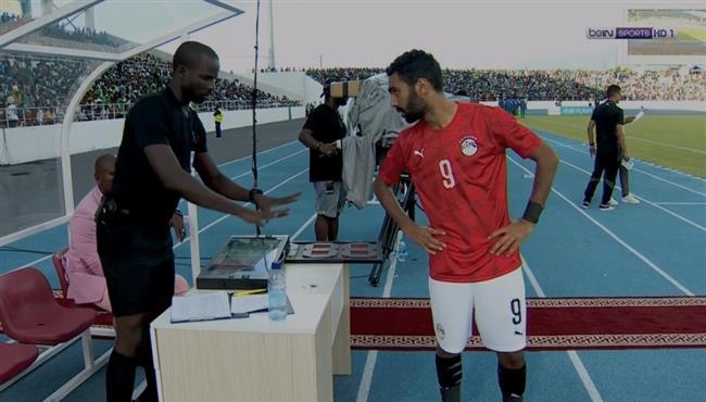 شاهد منتخب مصر يبدأ الشوط الثاني بـ 10 لاعبين لتأخير نزول حسين الشحات