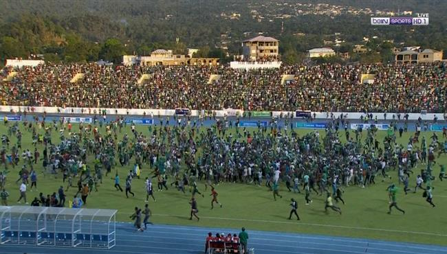 اقتحام جماهير جزر القمر ملعب المباراة بعد التعادل امام مصر في تصفيات كاس امم افريقيا