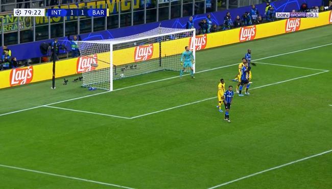 في ست دقائق فقط .. الحكم يلغي هدفين لانتر ميلان امام برشلونة