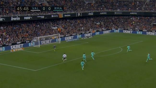 كورتوا يتصدي لانفراد تام وينقذ ريال مدريد من هدف مؤكد لفالنسيا