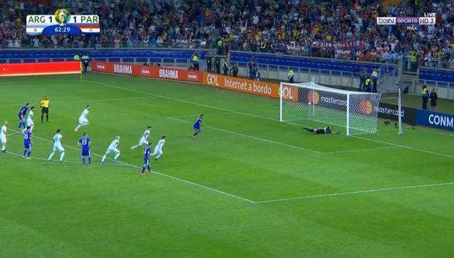 لاعب باراجواي يهدر ركلة جزاء امام الارجنتين
