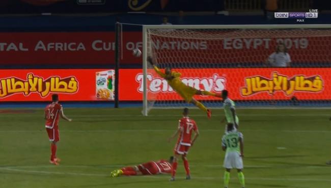 تصدي معز بن شريفية الرائع في مباراة تونس ونيجيريا