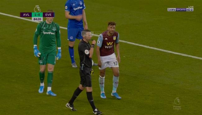 تدخل عنيف من لاعب ايفرتون علي تريزيجيه ومشادة بين اللاعبيين