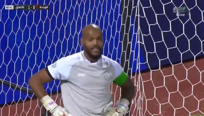 تصدي خرافي من رايس امبولحي في مباراة الوحدة والاتفاق