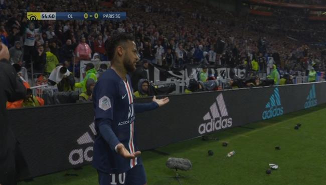جماهير ليون تلقي بالزجاجات علي نيمار في الدوري الفرنسي