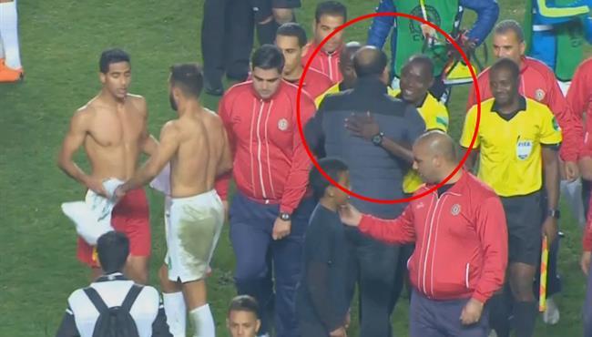 بكاري جاساما يعانق معين الشعباني مدرب الترجي بعد مباراة الرجاء في دوري ابطال افريقيا