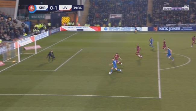 لاعب شروزبري يهدر فرصة خطيرة بعد خطأ من مدافعي ليفربول