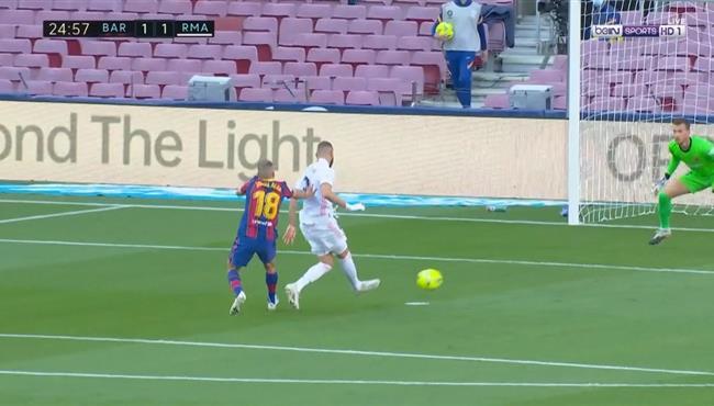 نيتو يتصدي لفرصة خطيرة من بنزيما في مباراة برشلونة وريال مدريد