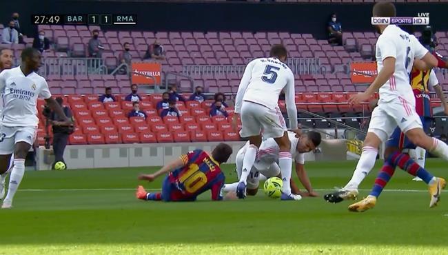 هل حرم الحكم ميسي من ركلة جزاء امام ريال مدريد