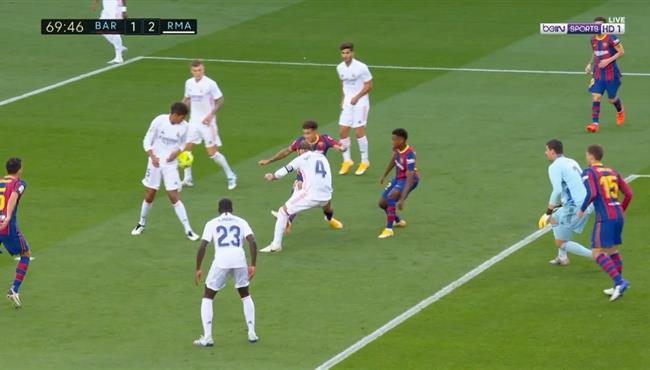 هل حرم الحكم برشلونة من ركلة جزاء امام ريال مدريد