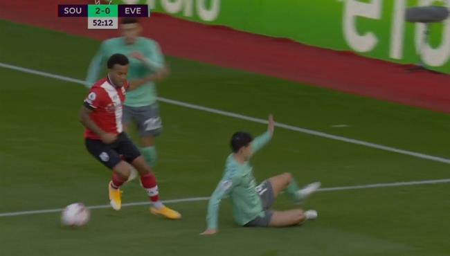 برتراند يتلاعب بخاميس رودريجيز في مباراة ايفرتون وساوثهامبتون