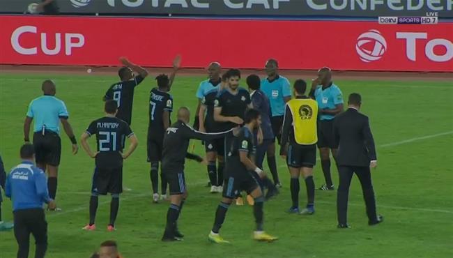 اعتراضات شديدة من لاعبي بيراميدز علي الحكم بعد نهاية المباراة