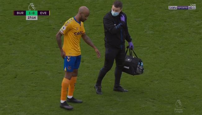 خروج ديلف مصابا في مباراة ايفرتون وبيرنلي بالدوري الانجليزي