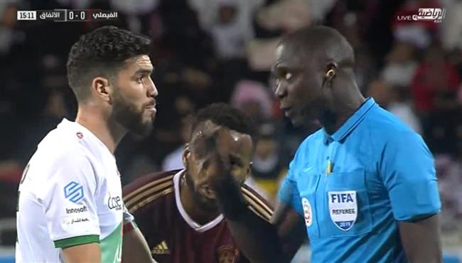 اعتراض وليد ازارو على بكاري جساما في مباراة الاتفاق والفيصلي
