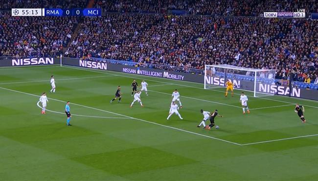 تصدي رائع من كورتوا امام رياض محرز بعد مراوغه لمدافعي ريال مدريد