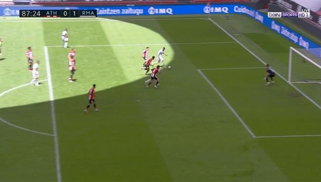 تصدي حارس اتلتيك بلباو ينقذ فريقه من هدف محقق لكريم بنزيما