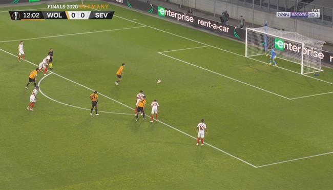 ياسين بونو يتصدي لركلة جزاء في مباراة اشبيلة وولفرهامبتون بالدوري الاوروبي