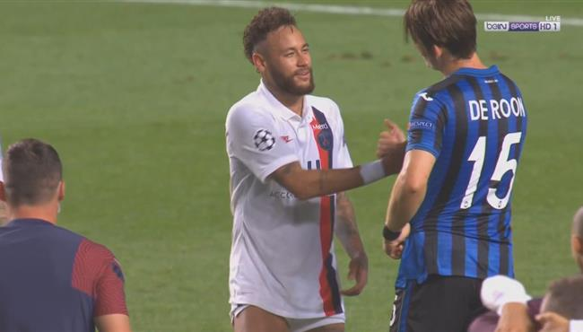 فرحة لاعبو باريس سان جيرمان وحسرة في اتالانتا بعد نهاية المباراة