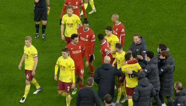 مشاده بين لاعبي ليفربول وبيرنلي بعد انتهاء الشوط الاول
