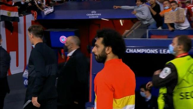 محمد صلاح يهدي قميصه لأحد الجماهير بعد مباراة ليفربول واتلتيكو مدريد