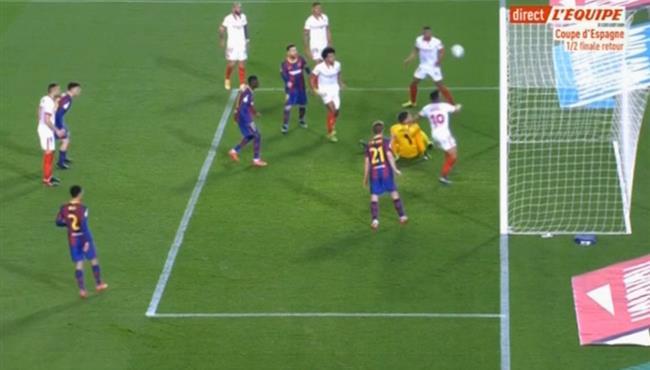 لاعب اشبيلية يمنع هدف محقق لبرشلونة من علي خط المرمي