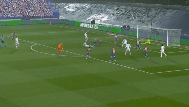 العارضة تحرم إليكس موريبا من هدف قاتل امام ريال مدريد