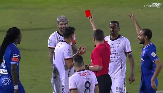طرد بانيجا في مباراة الهلال والشباب بالدوري السعودي