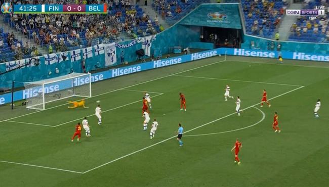 تصدي لوكاس هراديكي يمنع جيريمي دوكو من تسجيل هدف
