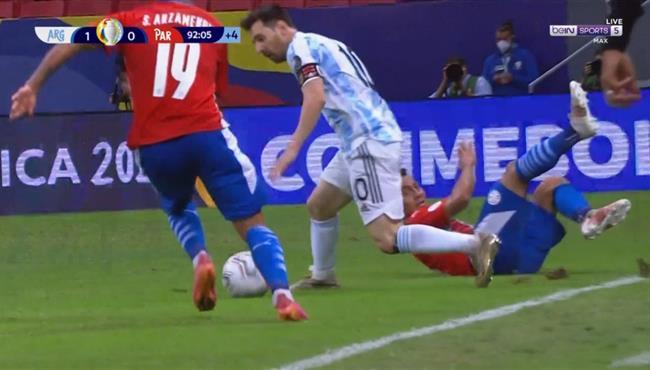 لقطة مهارية رائعة من ميسي في مباراة الارجنتين وباراجواي