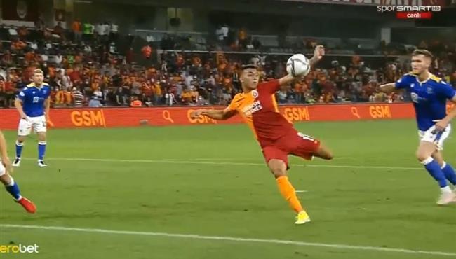 مصطفي محمد يهدر هدف محقق امام سانت جونستون في الدوري الاوروبي
